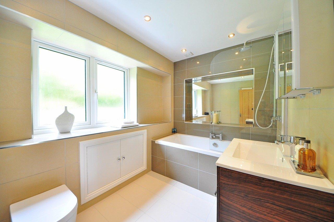 Polacy najczęściej urządzają łazienkę w kolorze beżowym