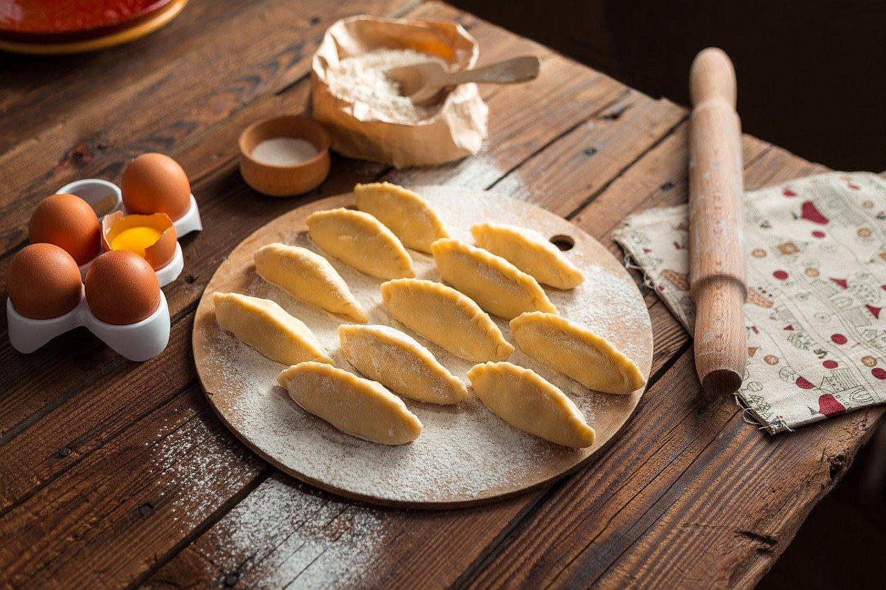 Tradycje kuchni polskiej – pierogi, skąd znalazły się na naszych stołach?
