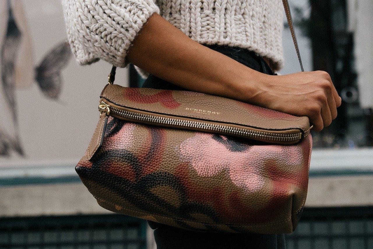 Jak odciążyć damską torebkę i ulżyć kręgosłupowi?
