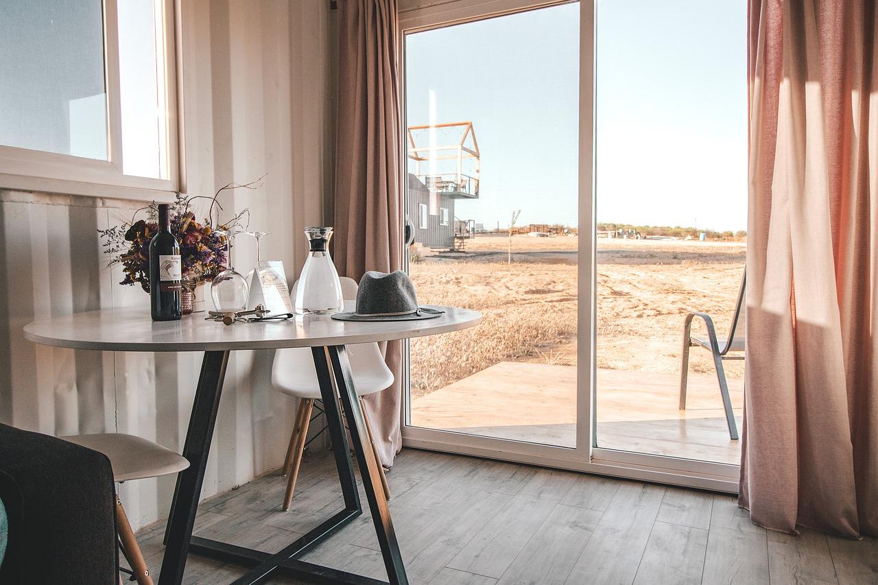 Hotel bez smug na wizerunku, czyli jak dbać o powierzchnie szklane