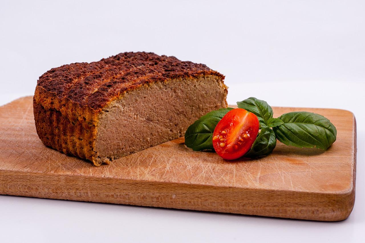 Wegański pasztet i chleb ze śliwką na zakwasie — zaskocz bliskich na święta