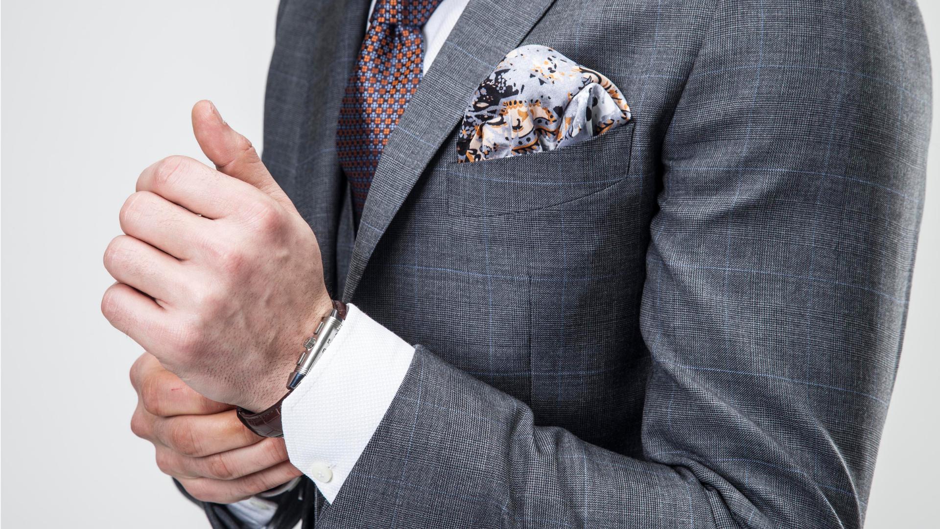 Eleganckie garnitury i dodatki – czy nosimy je tylko od święta_