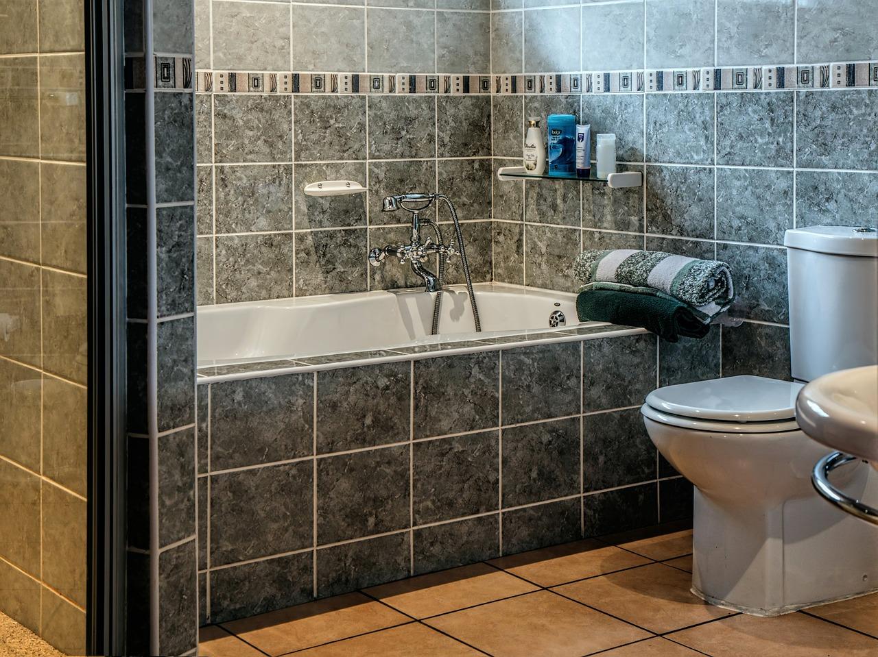 W nowoczesnych łazienkach zamiast tradycyjnych modeli coraz częściej stosowane są bezkołnierzowe toalety i bezbrodzikowe kabiny