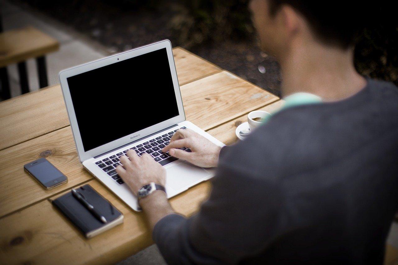 Klienci mają coraz większe wymagania względem komputerów. Te z wysokiej klasy procesorami, rozbudowaną pamięcią RAM, pamięcią flash i hybrydowymi dyskami twardymi sprzedają się coraz lepiej. Rośnie też rynek komputerów premium i przeznaczonych dla graczy. Spada za to sprzedaż komputerów stacjonarnych, desktopów i laptopów, za którą w dużej mierze odpowiada ekspansja smartfonów. Do urządzeń mobilnych wprowadzane są kolejne innowacje. – Sprzedaż komputerów stacjonarnych i przenośnych na świecie kurczy się o około 10 proc. w ujęciu ilościowym. Mocniej tracą desktopy, nieco mniejsze spadki notują laptopy. Obserwujemy też inny ciekawy trend – średnia cena idzie dość istotnie w górę, o ok. 5 proc. w obu przypadkach – wskazuje w rozmowie z agencją informacyjną Newseria Biznes Maciej Piekarski z GfK Polonia. Globalne dane GfK wskazują, że w ciągu I półrocza 2018 segment komputerów stacjonarnych zanotował spadek o 14 proc. w ujęciu ilościowym, z kolei segment komputerów przenośnych – o 9 proc. Wzrosły za to średnie ceny sprzedaży zarówno komputerów przenośnych – o 5 proc. do 602 euro, jak i stacjonarnych – o 7 proc. do wartości 527 euro. – W Polsce te spadki są nieco mocniejsze. Laptopy bardziej tracą w porównaniu ze światem – o 14 proc. Natomiast trend wzrostu ceny w Polsce jest jeszcze wyraźniejszy niż na świecie. I to w obu przypadkach. Jeżeli chodzi o laptopy, to jest to kilkanaście procent w skali roku – powiedział Maciej Piekarski w rozmowie przeprowadzonej na targach IFA w Berlinie. Wyniki rynku zależą w dużej mierze od regionu. Przykładowo wzrost w segmencie komputerów stacjonarnych notowały kraje Europy Środkowej (o 9 proc.) i dawne republiki Związku Radzieckiego (4 proc.), a w segmencie komputerów przenośnych – Ameryka Środkowa (14 proc.) i region CIS (18 proc.). Rosja, Ukraina i Kazachstan osiągnęły wzrost przychodów w segmencie komputerów przenośnych na poziomie 19–36 proc. Ukraina dodatkowo też zanotowała wzrost przychodów o 64 proc. w segmencie komputerów stacj