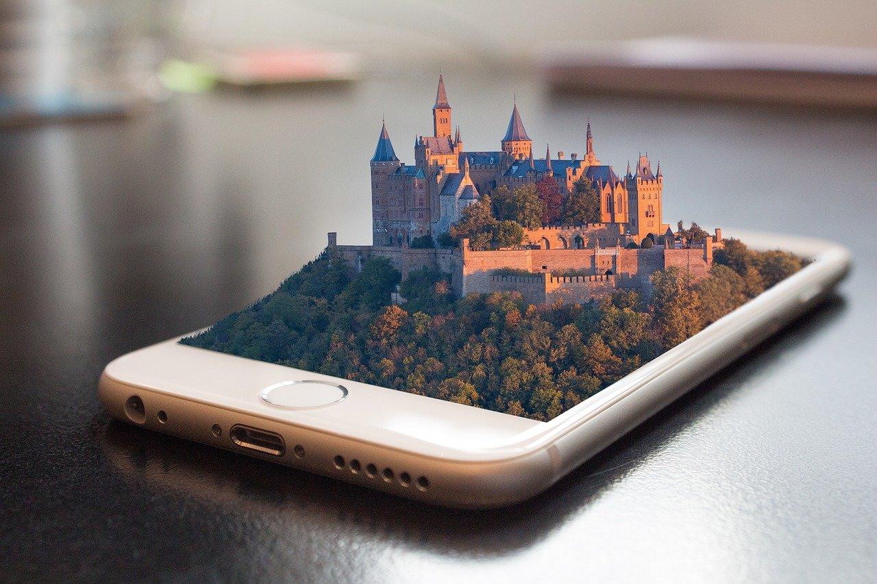 Polacy wybierają coraz lepsze i coraz większe smartfony. Szybko rośnie też sprzedaż smartwatchy